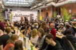 """Vor einem großen Publikum präsentierten sich die Gewinner noch einmal mit ihrem Geschäftskonzept und ernteten kräftigen Applaus. Foto: ClubE-Event """"Unternehmensgrün(d)ung"""" am Heldenmarkt © Berliner Energieagentur, Dietmar Gust"""