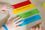 """Bei der Unternehmensgrün(d)ung sollten die Teilnehmenden die Kriterien Produkt, Ressourcenschutz, Soziales, Finanzierung und Energieversorgung berücksichtigen. Foto: ClubE-Event """"Unternehmensgrün(d)ung"""" am Heldenmarkt © Berliner Energieagentur, Dietmar Gust"""