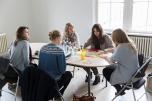 """Inspiriert von den Berliner Start-Ups """"gründeten"""" die Teilnehmenden ein eigenes Unternehmen und entwickelten ein nachhaltiges Geschäftskonzept. Diese Gruppe entwickelte ein Konzept für ein """"grünes"""" Restaurant. Foto: ClubE-Event """"Unternehmensgrün(d)ung"""" am Heldenmarkt © Berliner Energieagentur, Dietmar Gust"""