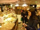 Anschließend haben sich die Mädchen in der Shopping Mall des Hauses auf die Suche nach großen und kleinen Energiefressern gemacht und überlegt, wo man Energie einsparen könnte. Foto: Berliner Energieagentur — – hier: Berliner Energieagentur.