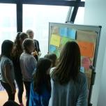 Im Anschluss haben die Mädchen eigene kreative Konzepte für ein energiesparendes und klimafreundliches Einkaufszentrum entwickelt. Foto: Berliner Energieagentur