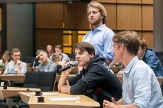 Vorab wurde heiß diskutiert über die Forderungen und die Schülerinnen und Schüler tauschten ihre Argumente aus. Foto: Berliner Energieagentur