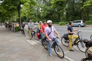 Die TeilnehmerInnen der Stadtnatur-Fahrradrallye auf dem Weg zu nächsten Klimastation. Foto Berliner Energieagentur