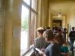Anschließend machten sich die Schülerinnen und Schüler auf die Suche nach Stromfressern im gesamten Gebäude und inspizierten u.a. die Fenster und die Gebäudehülle. Foto: Berliner Energieagentur