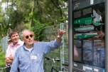 Prof. Dr. Joseph Hoppe vom Deutschen Technikmuseum erläuterte den TeilnehmerInnen den LED-Laufsteg am Deutschen Technikmuseum. Foto: Berliner Energieagentur