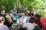 Beim abschließenden Picknick in den Prinzessinnengärten ließen die Teilnehmerinnen den Tag nochmal Revue passieren und füllten die letzten Fragen des Quiz-Fragebogens aus. Foto: Berliner Energieagentur