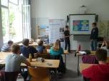 Die Ergebnisse präsentierten die Schülerinnen und Schüler vor der Schulleitung des Gymnasiums. Foto: Berliner Energieagentur
