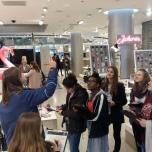 Im Anschluss machten sich die Mädchen im Einkaufszentrum des Hauses auf die Suche nach großen und kleinen Stromfressern. Foto: Berliner Energieagentur