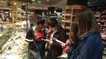 Die Mädchen deckten dabei Energieverbraucher wie Rolltreppen, Kühltheken und Beleuchtung auf und überlegten, wo man Strom einsparen könnte. Foto: Berliner Energieagentur