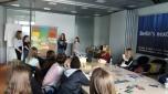 Abschließend präsentierten die Girls Ihre kreativen Ideen. Diese reichten von Kinderfahrrädern, die Strom für das Shoppingcenter erzeugen, über den Verkauf von Charity-Stoffbeuteln, deren Erlöse an Klimaprojekte gespendet werden bis hin zum Verkauf von Kleidung, die in Behindertenwerkstätten in der Umgebung hergestellt werden. Foto: Berliner Energieagentur