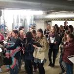Am Girls'Day von ClubE durften die Mädchen erstmals Praxisluft als Energieberaterinnen schnuppern und haben die Fernwärmeübergabestation in der Wärmezentrale der Galeries Layaette inspiziert. Foto: Berliner Energieagentur