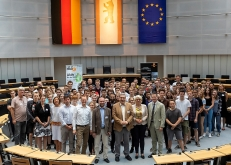 Neben 120 Jugendlichen nahmen (v.l.nr. mittig) Prof. Dr. Uwe Ulbrich (Institut für Meteorologie der FU Berlin), Ralf Wieland (Präsident des Abgeordnetenhauses von Berlin), Regine Günther (Umweltsenatorin) und Michael Geißler (Geschäftsführer der Berliner Energieagentur) am Jugend-Modellparlament für Klimaschutz- und Energiepolitik teil. Foto: © Berliner Energieagentur, Dietmar Gust