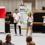 Die Forderungen stellten die Jugendlichen im Plenarsaal vor den anderen Teilnehmenden vor und mussten hier für Zustimmung werben. Foto: © Berliner Energieagentur, Dietmar Gust