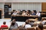 Abschließend wurden die zentralen Forderungen mit den umwelt- und energiepolitischen Sprechern der im Abgeordnetenhaus vertretenen Parteien diskutiert: Daniel Buchholz (SPD), Danny Freymark (CDU), Georg P. Kössler, (Bündnis 90/Die Grünen), Dr. Michael Efler (Linke), Frank Scholtysek (AfD) und Henner Schmidt (FDP) stehen den Jugendlichen Rede und Antwort. Foto: © Berliner Energieagentur, Dietmar Gust